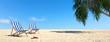 Liegen an Sand Strand mit Palme unter blauem Himmel