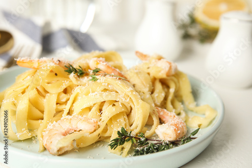 Photo Delicious pasta with shrimps on white table, closeup