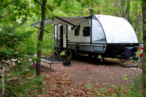 Fotografia Travel trailer camping in the woods