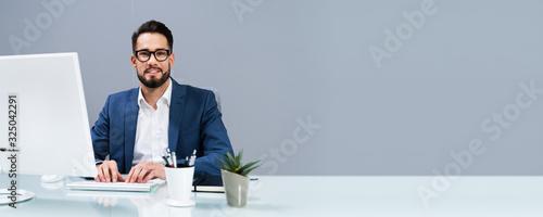 Obraz Businessman Working At The Office - fototapety do salonu