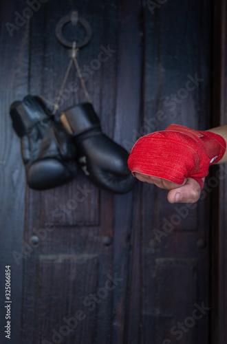 Guantes de boxeo negros colgados en puertas de madera Canvas Print
