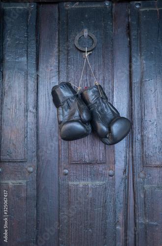 viejos guantes de boxeo negros colgando Canvas Print