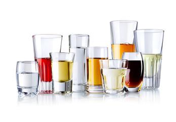 različite čaše s alkoholnim pićima izoliranim na bijeloj