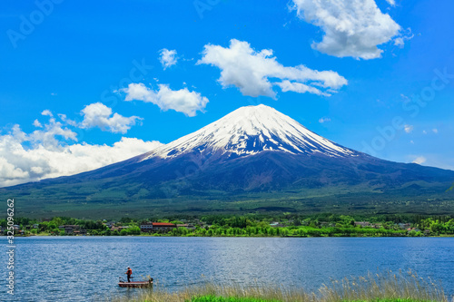 Fototapeta 雲たなびく残雪の富士山と河口湖