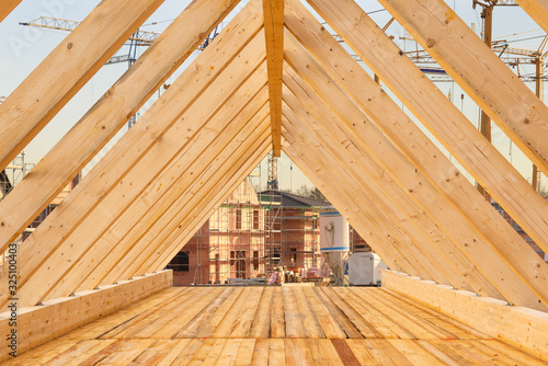 Fotomural Roof truss with wooden beams in a new building