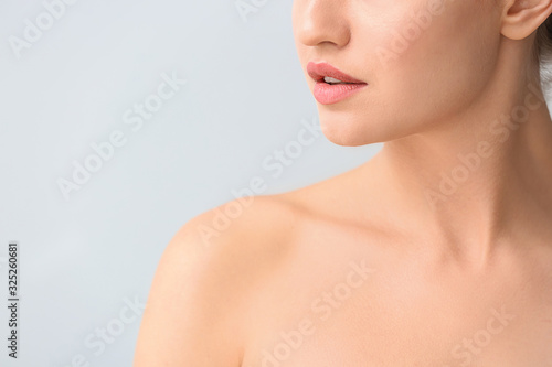 Fotografia Beautiful young woman on light background, closeup