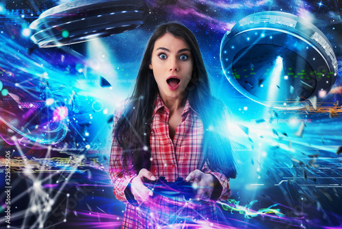 Fotografia Shocked girl plays with online ufo videogames
