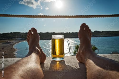 Entspannung mit Bier im Urlaub am Meer Wallpaper Mural