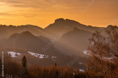 Fototapety, obrazy: Widok z pienińskiego szczytu Palenica o złotej godzinie. W kadrze między innymi takie szczyty jak Trzy Korony i Sokolica.