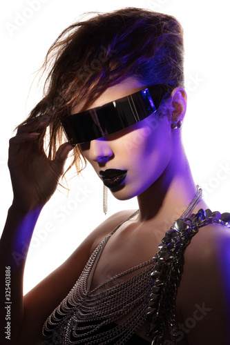Photo Colorful portrait of a young woman wearing futuristic glasses