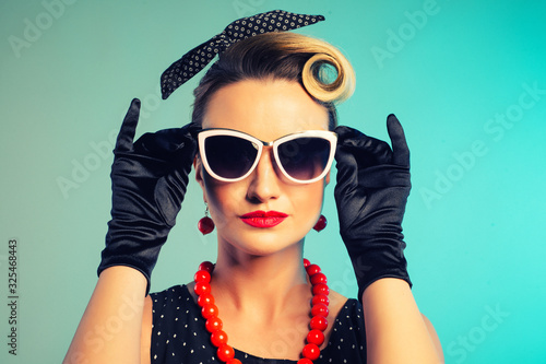 Tela Beautiful young woman with glamour red lips wearing sunglasses and fancy plastic