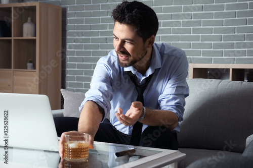 Photo Businessman drinking whiskey at home. Concept of alcoholism