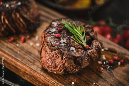 Grilled fillet steaks on wooden cutting board Fototapete