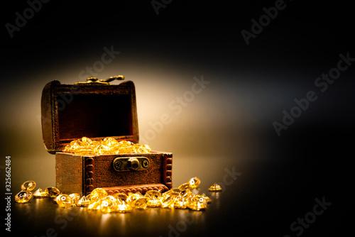 Leinwand Poster 宝箱と宝石 黒背景