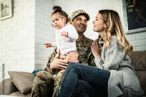 Photo Happy military family enjoying in time together at home.