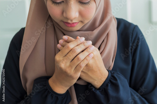 Close-up Muslim women dressed in black hijab, praying and praying to Allah Relig Wallpaper Mural