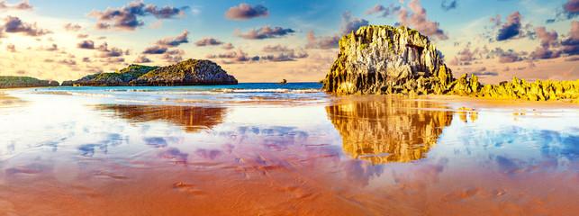 Plaža Noja u Cantabriji u Španjolskoj. Scenske obale i primorski gradovi na sjeveru Španjolske.