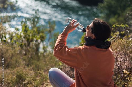 Mujeres bebiendo agua en verano a la luz del sol Wallpaper Mural