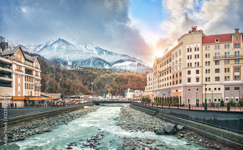 Obraz Река и горы Mzymta River and the snowy peaks of the mountains - fototapety do salonu