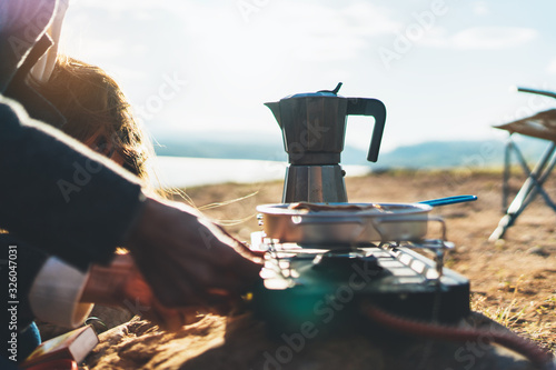 Foto coffee campsite morning lifestyle, person cooking hot drink in nature camping ou
