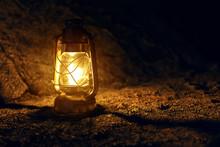 Öllampe Steht Auf Felsigem...