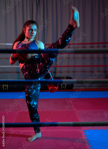 Fototapety, obrazy: Female kickboxer training