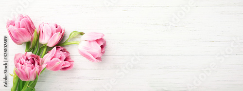 Photo Bunch of pink tulips on white wooden background with copy space