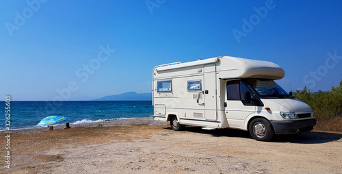 Obraz caravan car by the sea in summer holidays - fototapety do salonu