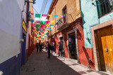 Fototapeta Uliczki - Colored colonial houses in old town of Guanajuato. Colorful alleys and narrow streets in Guanajuato city, Mexico. Spanish Colonial Style.