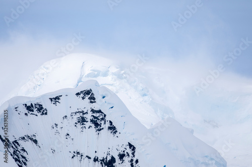 Papel de parede Drifting mountain peaks