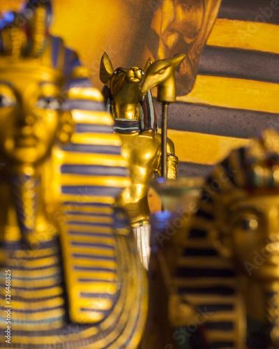 Photo Statue of mythology jackal anubis and tutankhamun