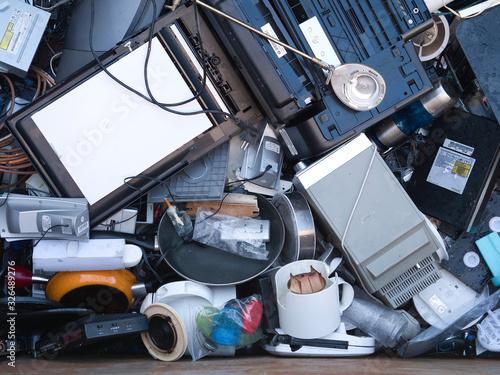 Conjunto de aparatos eléctricos reciclados en un contenedor Canvas Print
