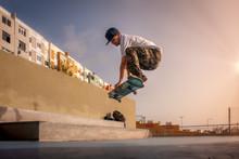 Foto 2 (vuelo). El Joven Patinador Hace Un Truco Llamado Boneless. Skateboarding