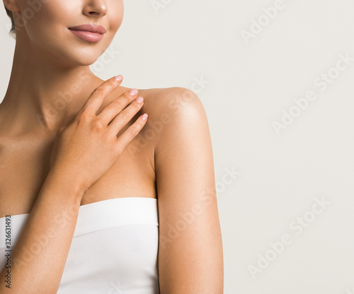 Foto Beautiful hands woman natural beauty manicure chin shoulders