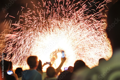 Photo Fire show performance at a beachfront restaurant in Thailand tourist attraction