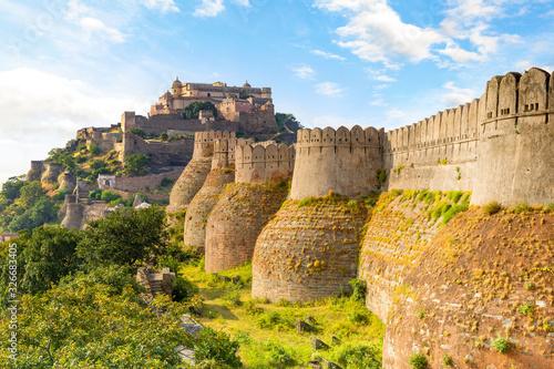 Kumbhalgarh fort and wall in rajasthan, india Fotobehang