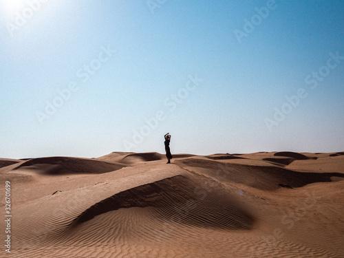 Silhouette dans le désert en Oman Wallpaper Mural