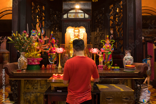 Unidentified people make a merit inside Jade Emperor Pagoda or Phuoc Hai Tu Temp Fototapet