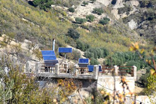 Placas solares, energía alternativa sobre el tejado de una vieja casa rural Wallpaper Mural