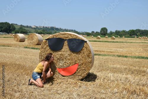 Obraz na plátně pressa di paglia con sorriso e occhiali