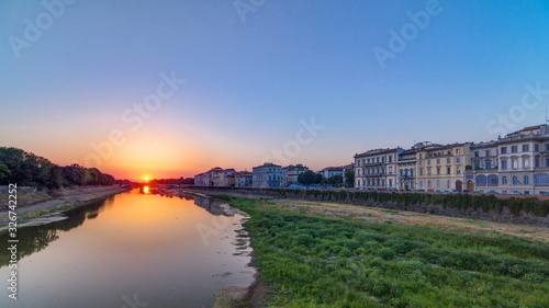 Photo Scenic Sunset Skyline View of Tuscany City, Housing, Buildings and Arno River, Colorful sky, Florence, Italy