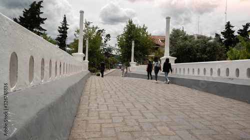 cruzando el rio por puente de piedras Wallpaper Mural