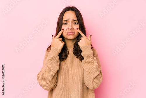 Photo Young mixed race hispanic woman isolated crying, unhappy with something, agony and confusion concept