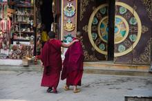 Dos Jóvenes Aprendices De Monjes Budistas Caminando Hacia La Entrada Del Templo