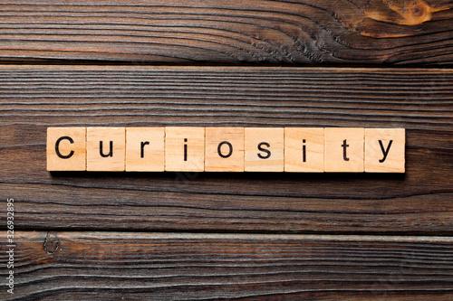 Fotomural curiosity word written on wood block