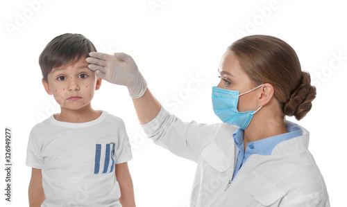 Photo Doctor examining little boy with chickenpox on white background