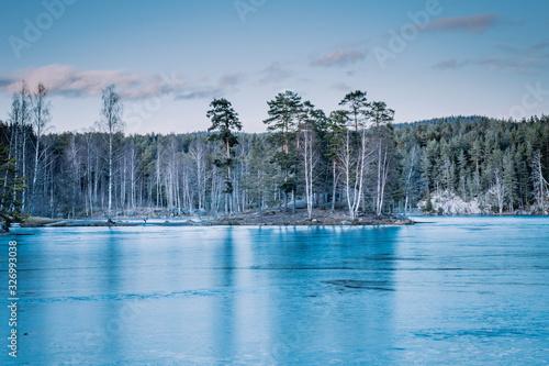 Mała wysepa na jeziorze Noklevann w Oslo w Norwegii
