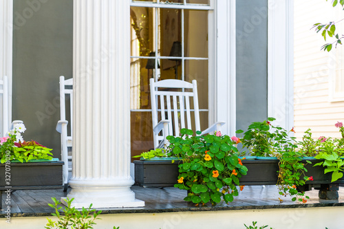 Photo Historic Garden district in New Orleans, Louisiana with patio garden green plant