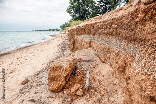 Fotografía Lake Michigan, lake erosion dangerously close to houses, half the beach is gone