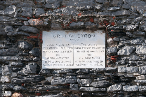 Canvas-taulu Portovenere, Italy: commemorative plaque to Lord Byron, English poet who swam th